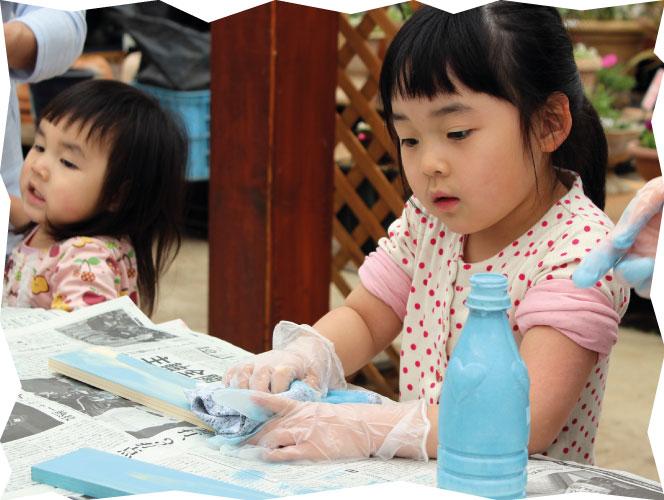 子どもが塗装を楽しんでいる画像