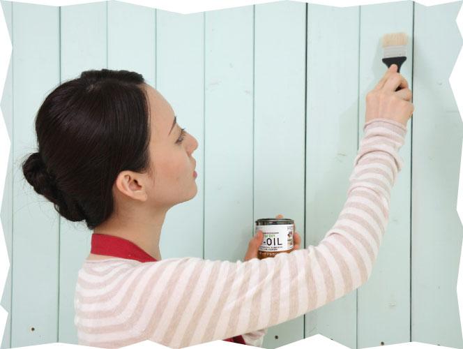 女性がU-OILを楽々塗っている写真